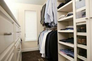 Cómo colgar una cortina para una puerta del armario