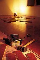 Cómo instalar un piso de madera con un clavador Manual