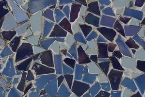 Cómo insertar un mosaico sobre malla en un piso de concreto