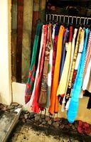 Formas creativas para cubrir un estante de la ropa que está en medio de una habitación