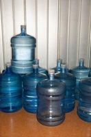 Cómo rellenar una botella de agua de cinco galones