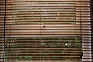 Cómo montar persianas para una puerta de acero