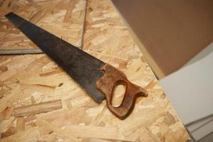 Cómo cortar madera contrachapada para un colchón de espuma