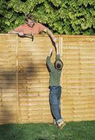 Cómo colocar una valla de privacidad madera a una pared de bloques de hormigón