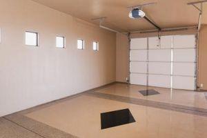 Soluciones de almacenamiento de madera DIY para las paredes y techo del garaje