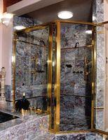 Colocación de azulejo de mármol en una esquina de la ducha