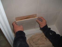Cómo colocar baldosas de cerámica sobre papel de pared