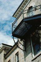 Ideas de pequeño balcón en planta alta con una puerta y puerta arqueada