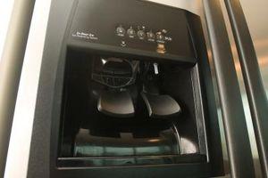 ¿Qué causas escamas en un dispensador de agua en un refrigerador?