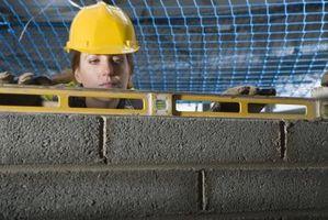 Cómo extender la altura de un muro de hormigón de 8 pies con una pared de marcos de madera de la rodilla