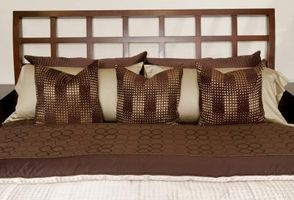 Cómo decorar un dormitorio en marrón, crema y oro