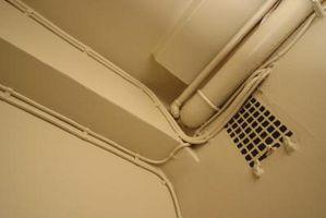 Cómo ocultar tuberías expuestas cerca del techo