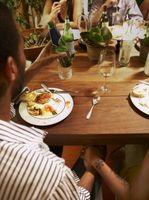 Cómo reemplazar el revestimiento laminado madera en una mesa de cocina