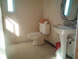 Cómo volver a instalar un baño después de la instalación de vinilo
