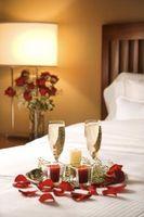 Cubiertos de mesa romántica para dos con rosas