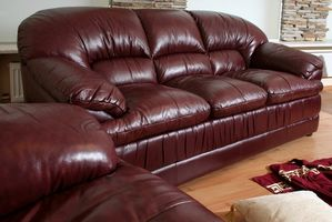 Cómo decorar un salón con un sofá de cuero y sillas