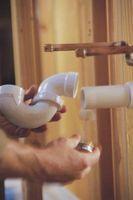 Cómo utilizar tubo de PVC para marcos de puertas