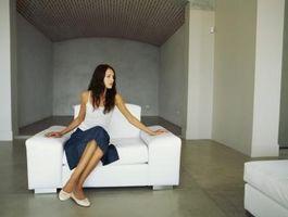 ¿Debe colgar una falda sobre un sofá recto?