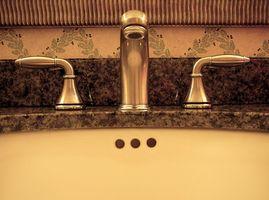 ¿Cuál es la diferencia entre un bajo cubierta y un fregadero en azulejo?