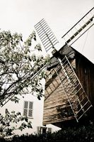 Molinos de viento caseros césped madera