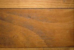 Cómo quitar el Color de la alfombra que sangró sobre pisos de madera