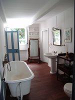 Cómo decorar un baño con una bañera de garra