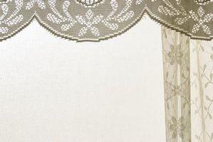 Cómo colgar cortinas de bolsillo de varilla con una cenefa