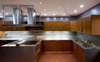 Cómo instalar cuarto ronda alrededor de los gabinetes de cocina