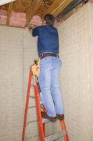 Cómo colgar rollos de aislamiento aislantes en el techo