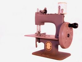 Cómo enhebrar una máquina de coser Merritt de cantante