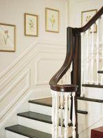 Formas de colgar cuadros en una escalera