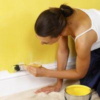 Cómo decorar una pared larga baja en una habitación familiar