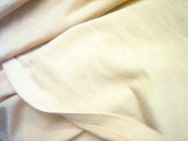 Cómo quitar una mancha de aceite de la ropa de cama
