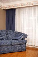 Cómo colgar cortinas no plisadas por pizca sobre una barra transversal