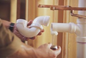 Cómo proteger la tubería de PVC en una pared de la Fundación