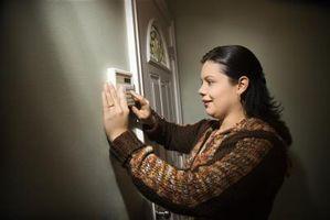 ¿Cómo puedo reinstalar mi sistema de alarma en mis ventanas de reemplazo?
