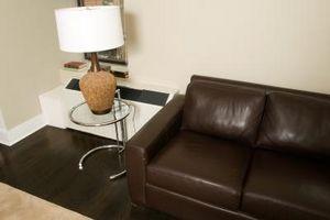 Cómo arreglar cuero rasgado en un sofá de cuero