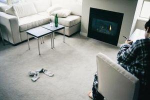 Cómo instalar uno mismo que se pega el azulejo de la alfombra