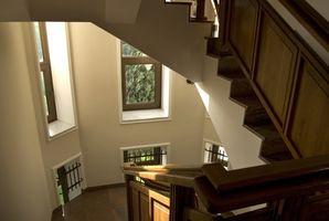Cómo adjuntar un pasamano de la escalera pequeña