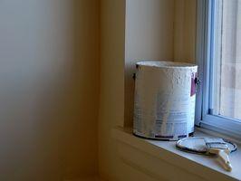¿Cómo pintar el cuarto de baño del mismo Color que las paredes de un pequeño baño de techo?