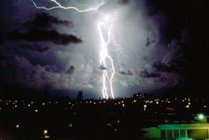 ¿Qué causa el relámpago en una tormenta?