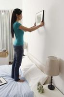 Cómo clavar en una pared para colgar cuadros