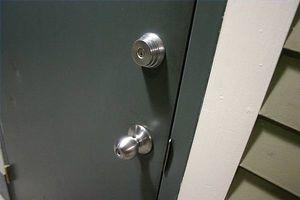 Cómo instalar una cerradura adicional en la puerta del apartamento