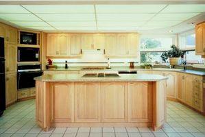 Cómo decorar espacios altos encima de los armarios de cocina