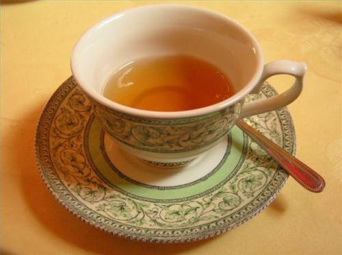 ¿Cómo obtener las manchas de té de la ropa