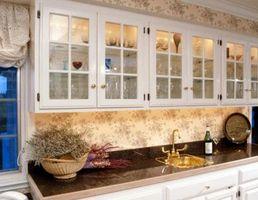 Cómo utilizar los gabinetes de cocina para un Bar mojado