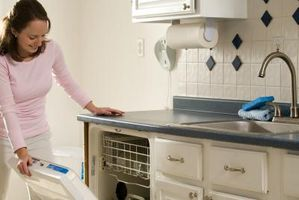 Cómo arreglar una puerta de jabón lavavajillas roto