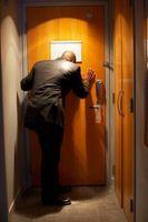 Cómo instalar una cerradura de la puerta de bisagra