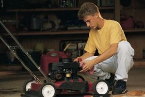 ¿Cómo reparar un Troy-Bilt auto propulsado cortacésped?