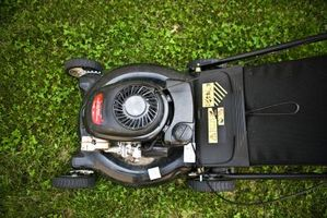 Cómo reemplazar una línea de combustible del cortacéspedes de césped